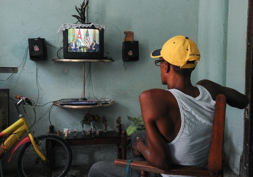 A man watches a report on TV announcing the re-establishment of full diplomatic ties between Cuba and US, in Havana on July 1, 2015 (AFP Photo/Yamil Lage)