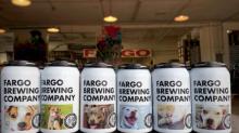 Brauerei zeigt Tierheim-Hunde auf Bierdosen, um ihre Adoptionschancen zu erhöhen