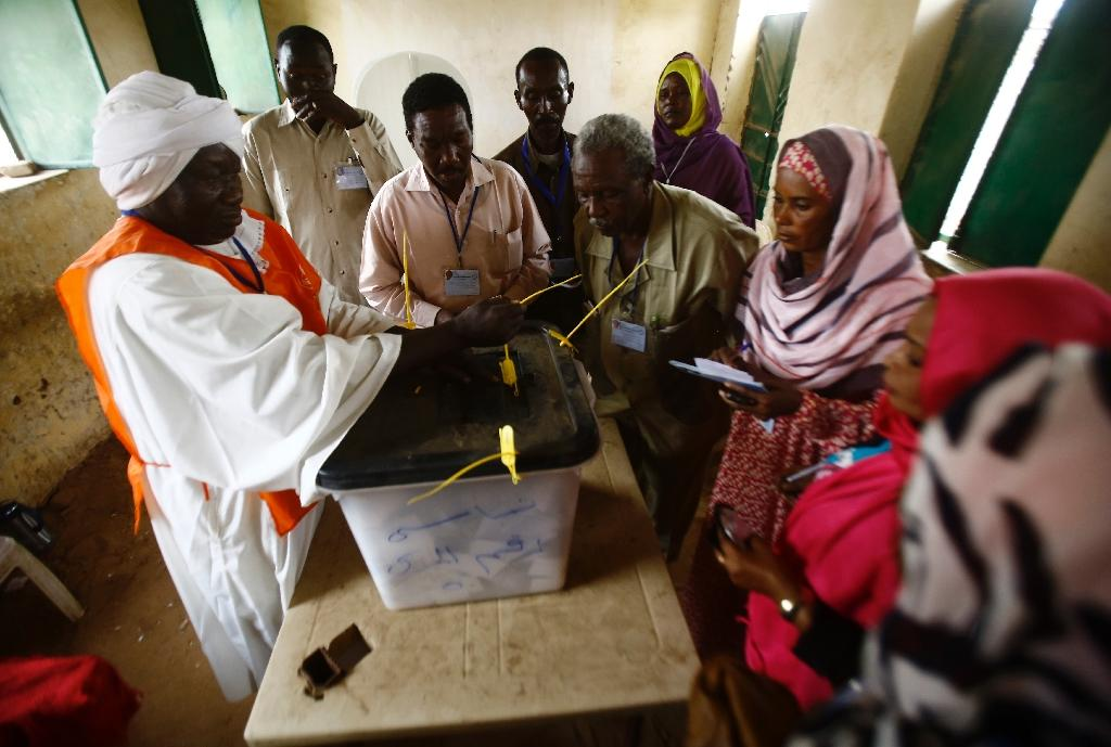 Sudanese election staff seal a ballot box at a polling station in North Darfur's state capital El Fasher as the polls close on April 13, 2016 (AFP Photo/Ashraf Shazly)
