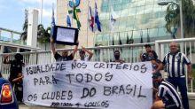 Grupo de torcedores do Botafogo protesta contra erros do VAR em frente à sede da CBF, na Barra da Tijuca