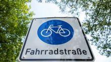 Markierungsarbeiten: Drei Kilometer Fahrradstraße für Friedrichshain