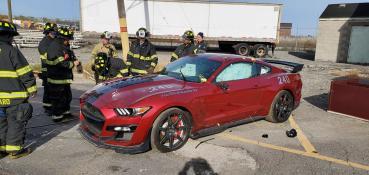 為了練習營救受困乘客,美國消防隊員實地拆解了2020 Ford Shelby GT500