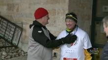 Il reçoit un nouveau cœur et termine sa première course sous les applaudissements du père du donneur