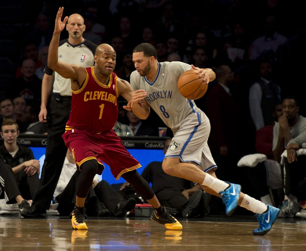 Jarrett Jack (L) of the Cleveland Cavaliers defends against Deron Williams of the Brooklyn Nets March 28, 2014 at the Barclay Center in New York