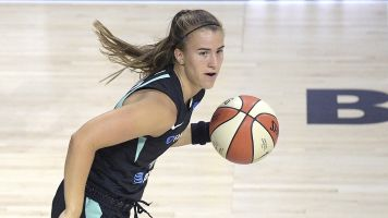 Curry helps Ionescu rebound from debut