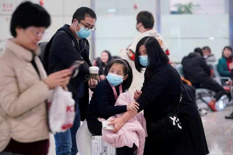 Hong Kongs Cathay airways crew to wear masks amid virus outbreak