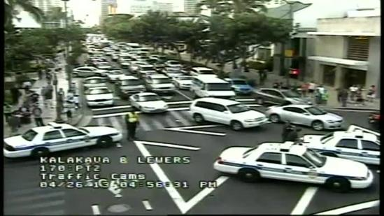 Unattended bag causes traffic standstill in Waikiki