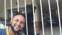 Carteiro mostra que é o melhor amigo dos cachorros