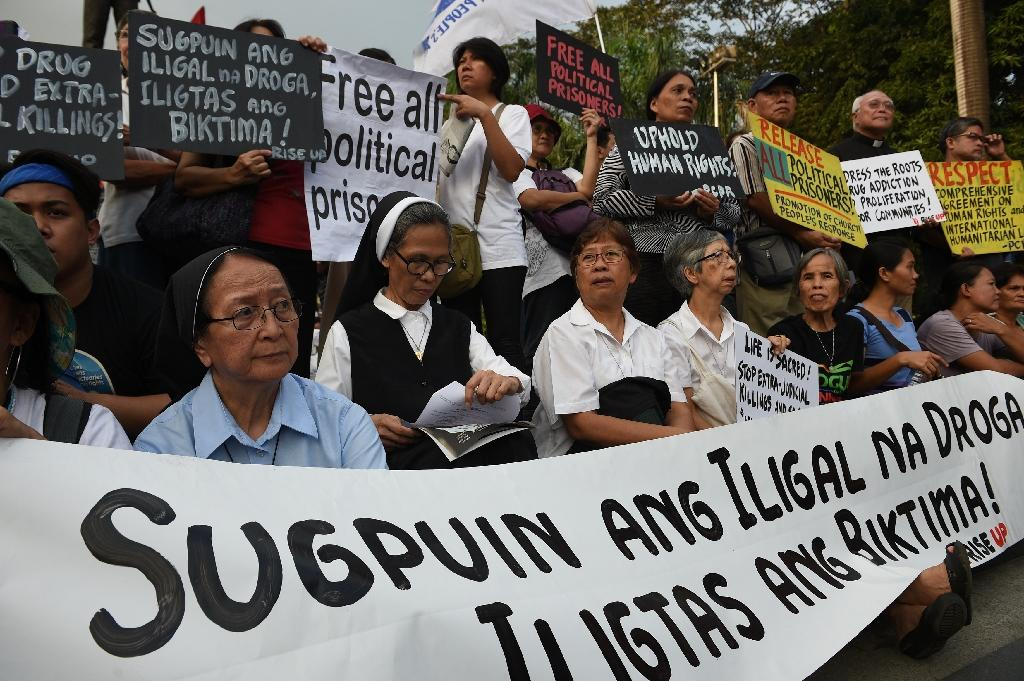 Catholic nuns oppose extra-judicial killings at a Human Rights Day rally in Manila on December 10, 2016 (AFP Photo/Ted Aljibe)