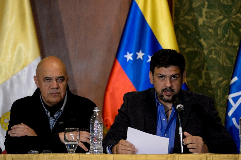 Sucre's Mayor Carlos Ocariz (R) speaks next to Venezuelan opposition spokesman Jesus Torrealba during a press conference in Caracas on November 12, 2016 (AFP Photo/Federico Parra)