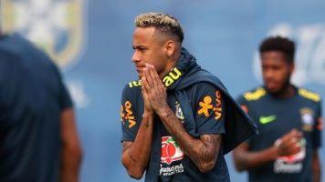 Neymar vuelve a entrenar con Brasil tras dejar la práctica por un dolor de tobillo