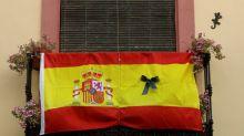 Con mascarillas negras y silencio, España llora a los muertos del coronavirus