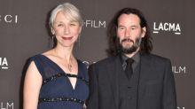Devrions-nous qualifier Keanu Reeves de « héros » simplement parce qu'il sort avec une femme de 46 ans ?