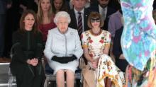 Rainha Elizabeth faz aparição surpresa em Fashion Week de Londres