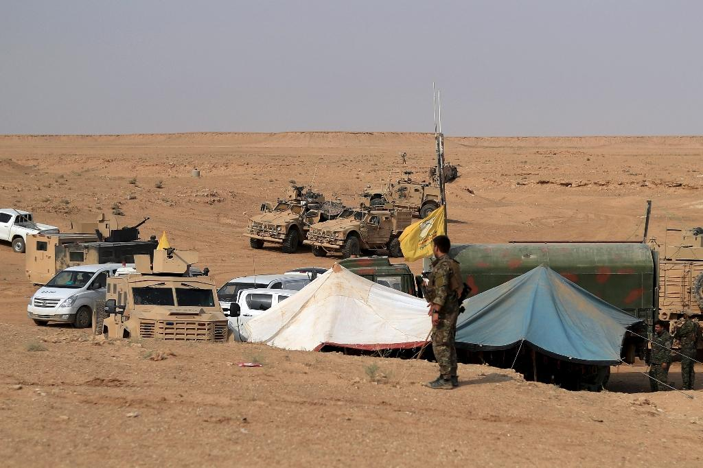 Coalition forces and members of the Syrian Democratic Forces (SDF) at their operation room near the village of Susah in the eastern province of Deir Ezzor, near the Syrian border with Iraq (AFP Photo/Delil souleiman)