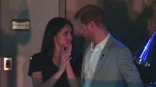 De besitos el príncipe Harry y Meghan Markle