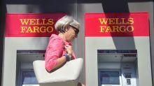 Warren Buffett and Charlie Munger defend Wells Fargo's disgraced CEOs