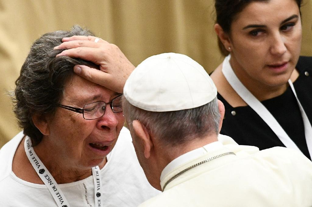 Pope Francis blesses a woman as he meets with survivors and relatives of the victims of the July 14 Nice attack in the Paul VI hall at the Vatican on September 24, 2016 (AFP Photo/Vincenzo Pinto)