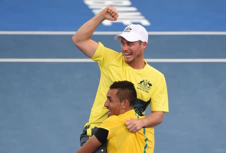 Foto del domingo del tenista australiano Nick Kyrgios celebrando con el capitán Lleyton Hewitt tras darle a su equipo la clasificación a ls semifinales de la Copa Davis