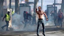 """Disturbios entre radicales y la policía en la protesta de los """"chalecos amarillos"""""""