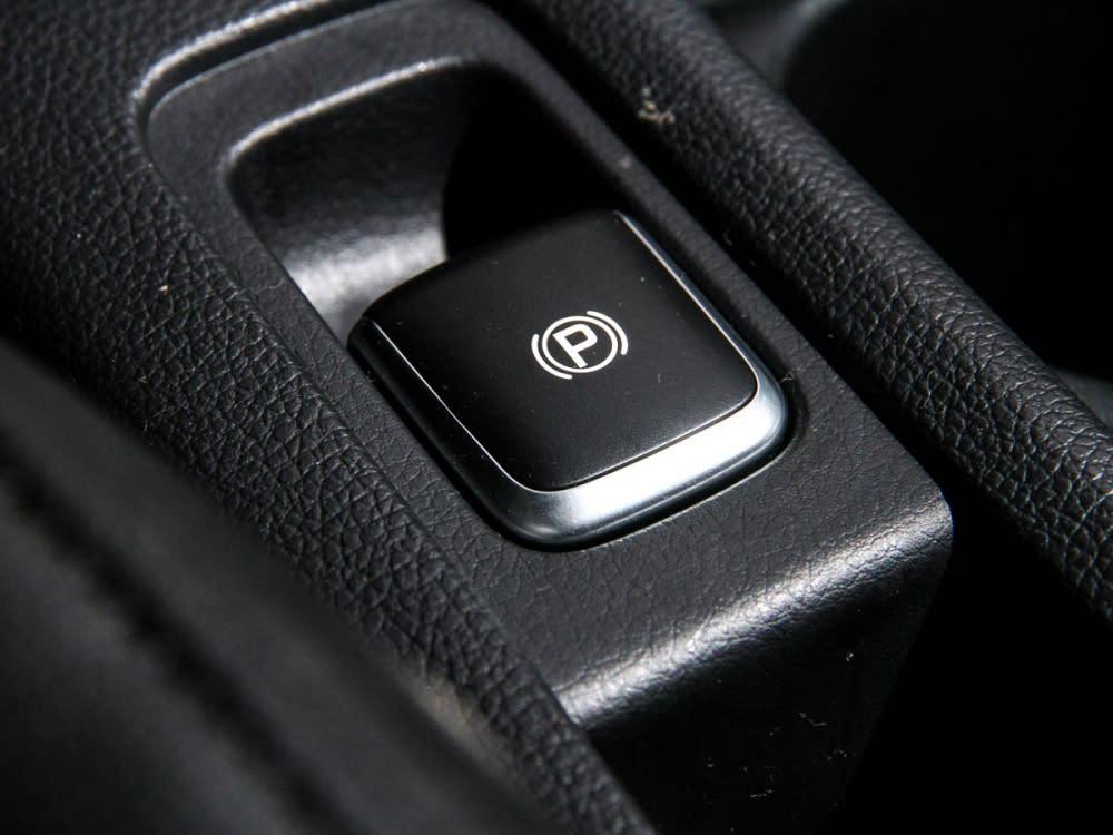 電子式手煞車的加入,為中央鞍座釋放出不少的置物空間。
