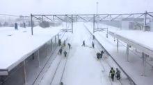 【有片】北海道JR員工勤快剷雪 保持列車正常運作