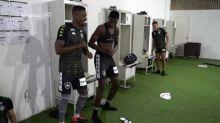 Kalou faz dancinha e mostra entrosamento com time do Botafogo