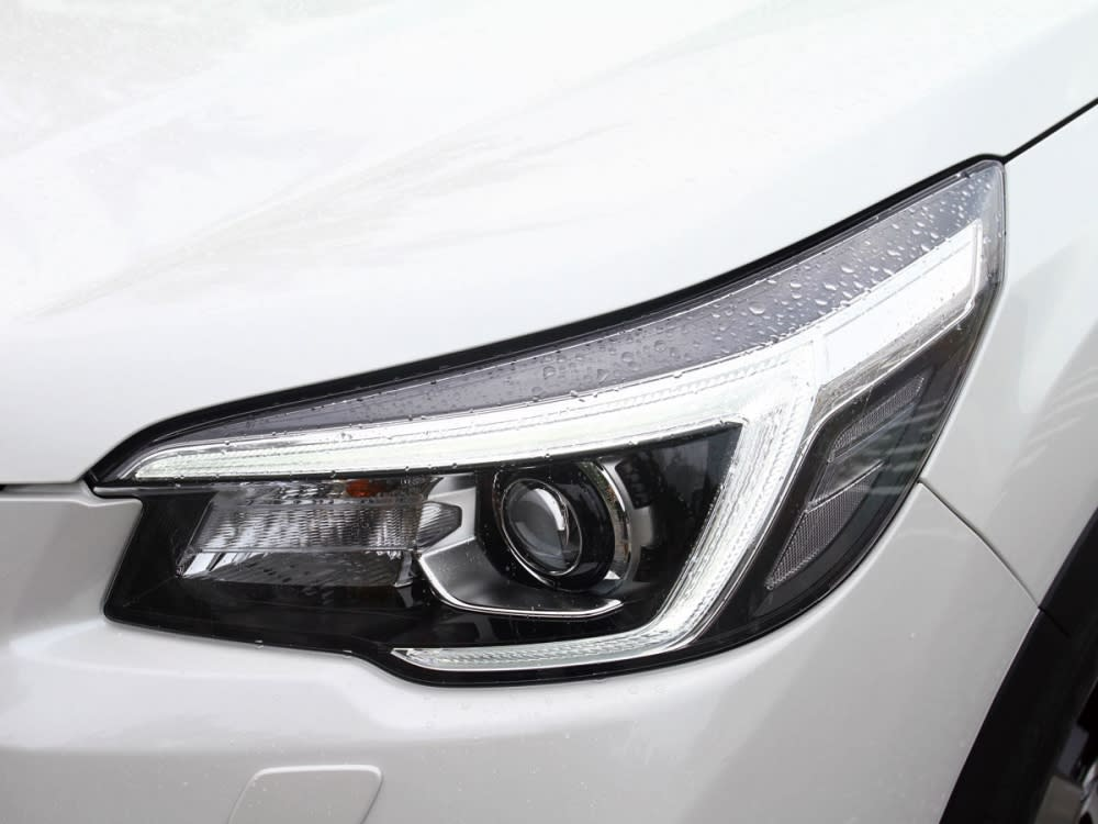 內燈內整合LED日行燈並搭載SRH主動轉向功能。