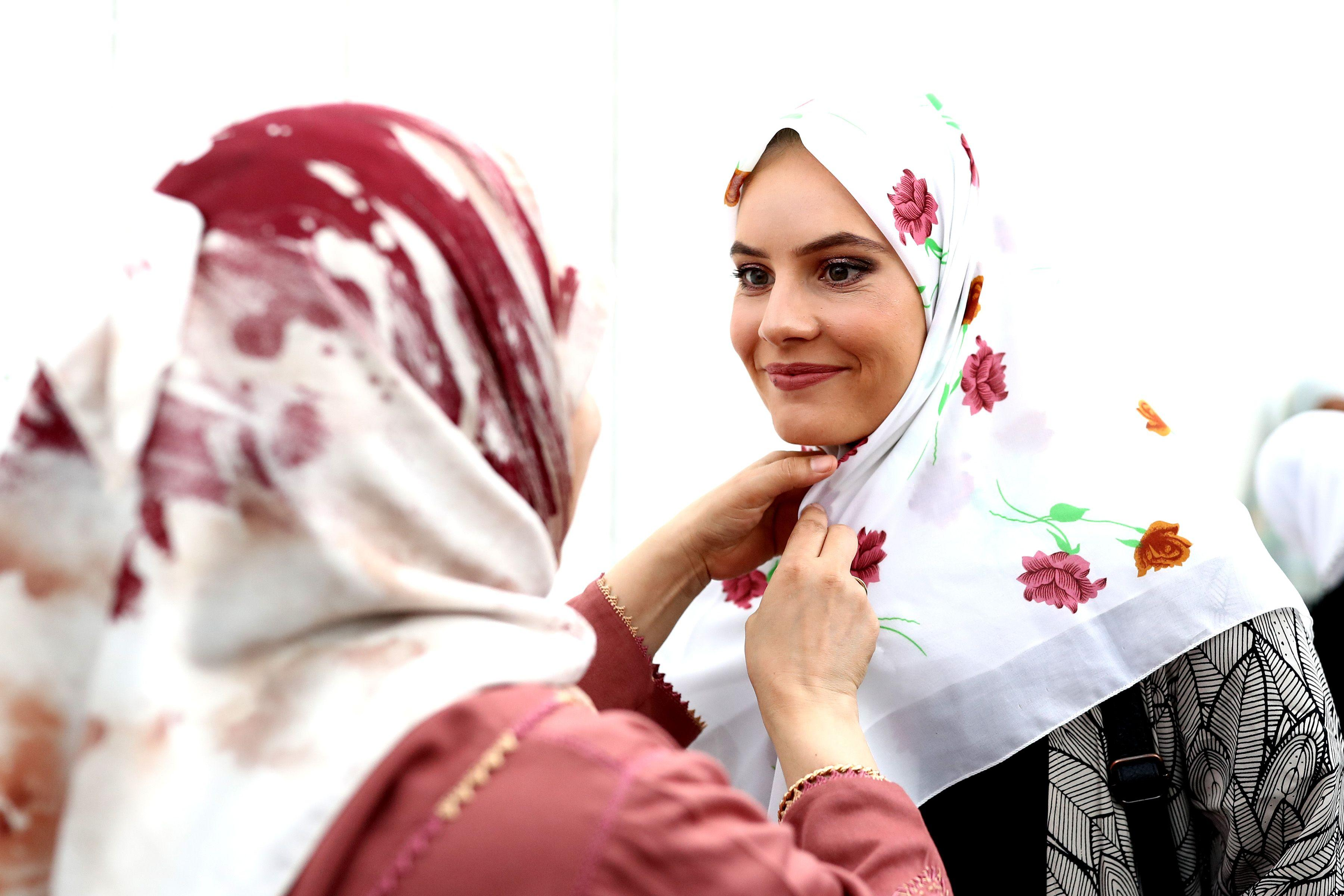 New Zealand women wear headscarves in solidarity with Muslims after Christchurch mosque shootings