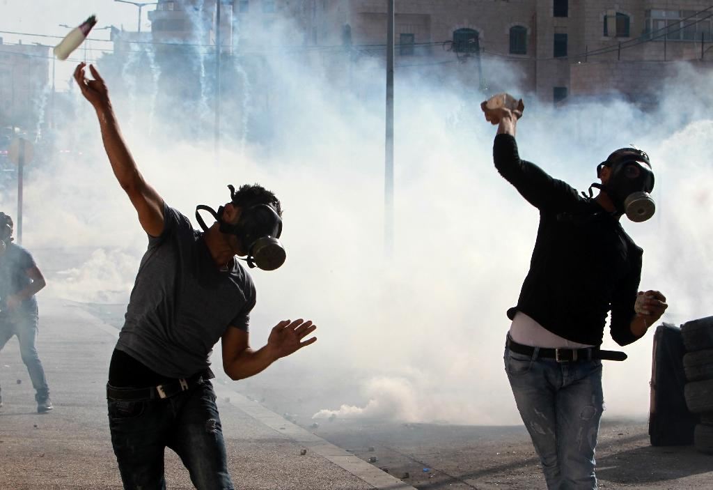 Palestinian protesters clash with Israeli security forces on October 14, 2015 in the West Bank city of Bethlehem (AFP Photo/Musa al-Shaer)