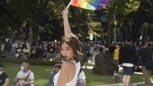 陳芳語「胸貼彩虹」支持同志大遊行 遇人就送彩虹旗、棒棒糖