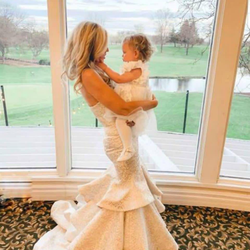Mutter des Bräutigams trägt zur Hochzeit weißes Kleid