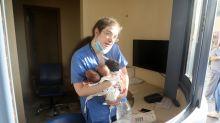 La historia tras la foto de la enfermera y los tres recién nacidos en la explosión de Beirut