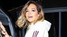 Rita Ora dévoile ses deux gadgets chouchous pour sa routine beauté du soir