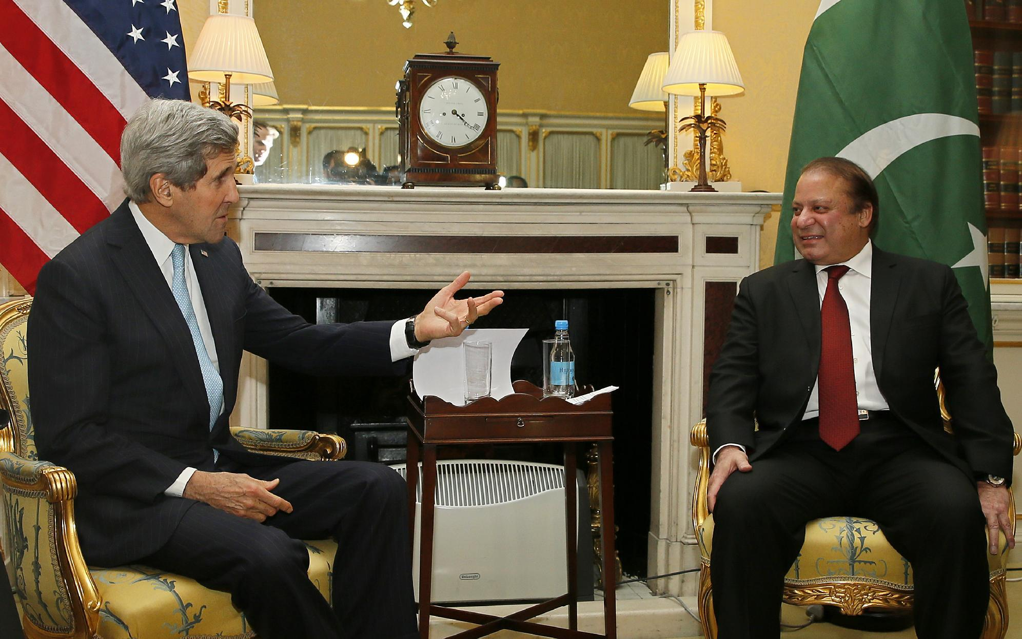 US Secretary of State John Kerry (L) holds a bilateral meeting with Pakistan Prime Minister Nawaz Sharif during the London Conference on Afghanistan on Decmeber 4, 2014 (AFP Photo/Alastair Grant)