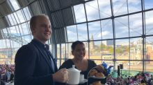 Expert helps Scarlett Moffatt with cream tea etiquette