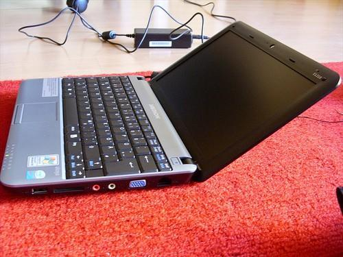 Medion Akoya E1210 netbook gets unboxed