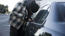 A jalones de cabello, esta mamá sacó a un ladrón de su auto