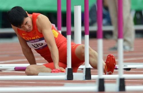 El atleta chino Liu Xiang, tras caerse el martes 7 de agosto en una prueba