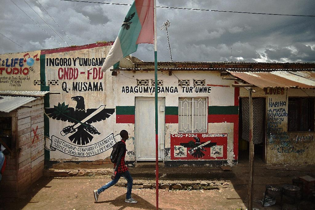 A boy walks past a mural of the ruling party CNDD-FDD (National Council for the Defense of Democracy–Forces for the Defense of Democracy) in Bujumbura, Burundi, on March 19, 2015 (AFP Photo/Carl de Souza)