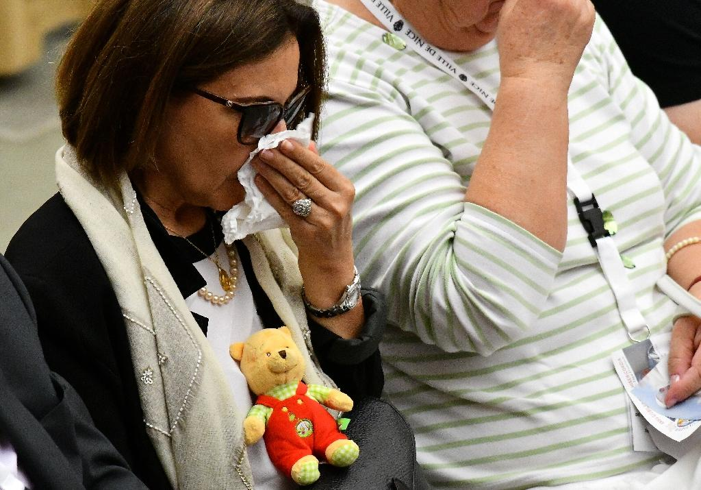 A woman cries during an audience with Pope Francis, who met on September 24, 2016 survivors and relatives of the victims of the Nice jihadist attack (AFP Photo/Vincenzo Pinto)