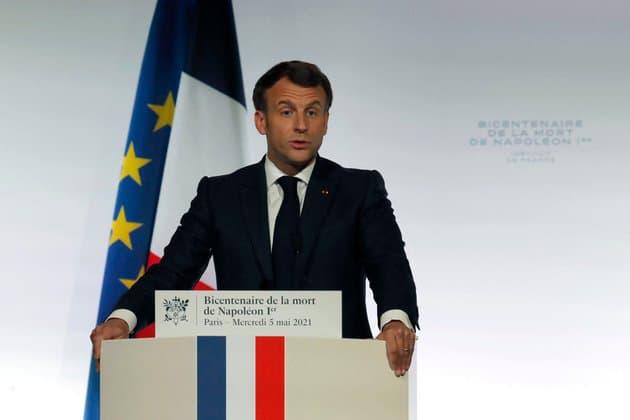 """Bicentenaire de la mort de Napoléon: Macron appelle à """"ne rien céder à ceux qui entendent effacer le passé"""""""