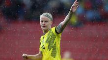 Derriban la estatua de la futbolista Nilla Fischer en Suecia