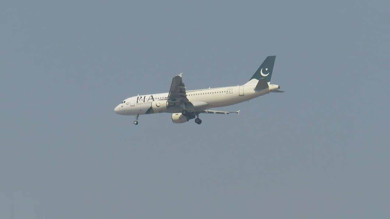 Un avión con 107 personas a bordo se estrella en una zona residencial en Pakistán