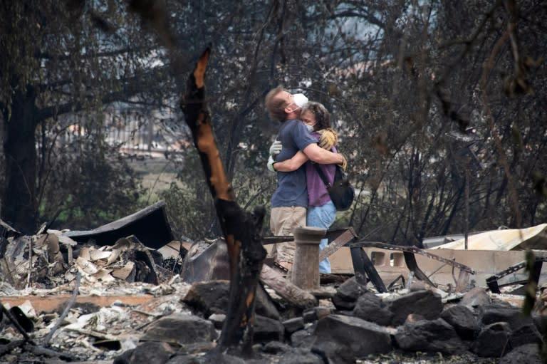 迪·佩雷斯(Dee Perez)安慰迈克尔·雷诺兹(Michael Reynolds)在2020年9月15日于俄勒冈州塔伦(Talent)的阿尔梅达大火中毁坏的房屋废墟中