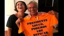 #Verificamos: Foto de Caetano segurando camiseta em que se lê 'presidente louco' é montagem