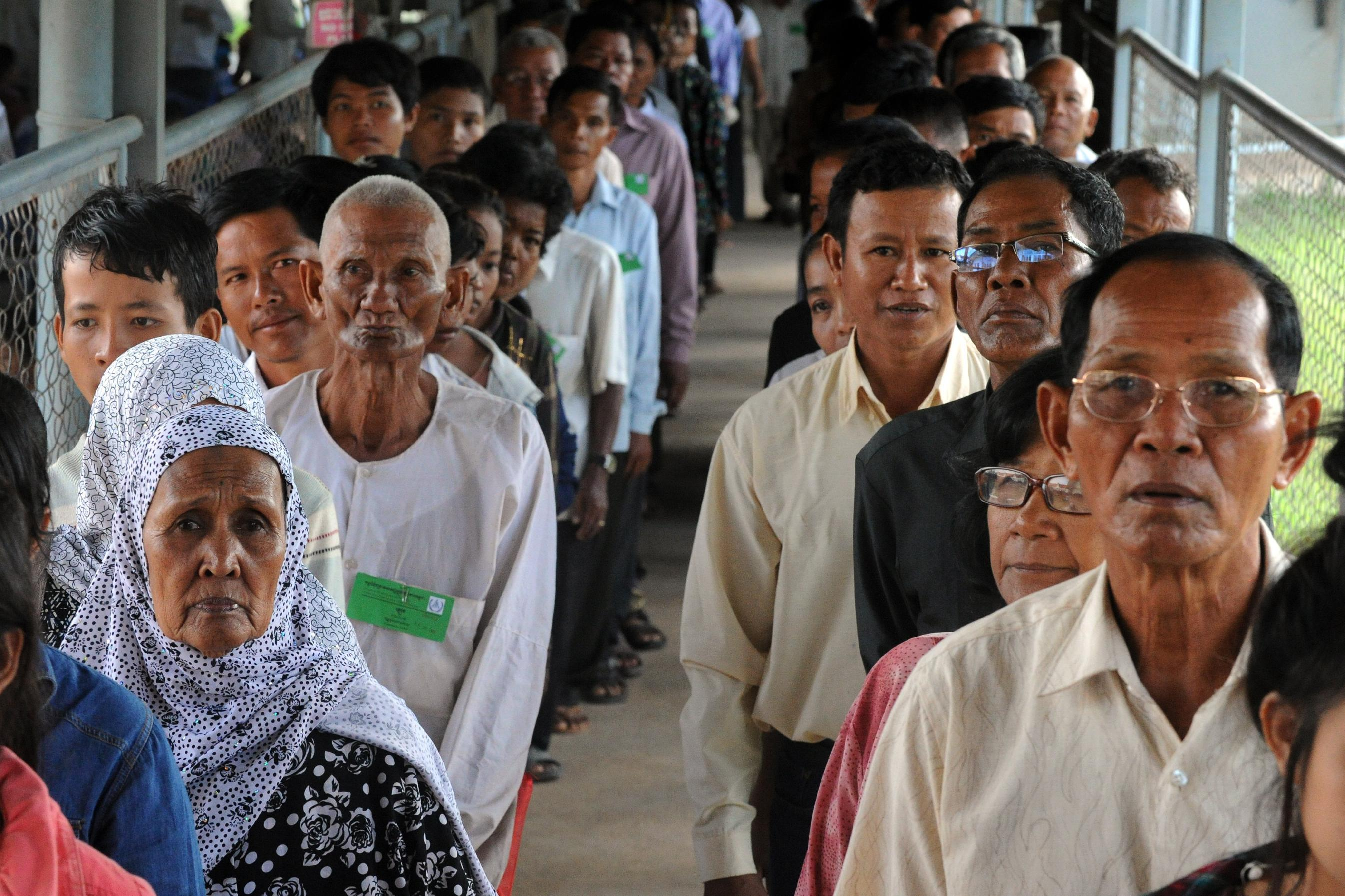 Cambodians line up to attend the start an initial hearing in the second trial against two surviving regime leaders at the Extraordinary Chamber in the Courts of Cambodia (ECCC) in Phnom Penh on July 30, 2014 (AFP Photo/Tang Chhin Sothy)