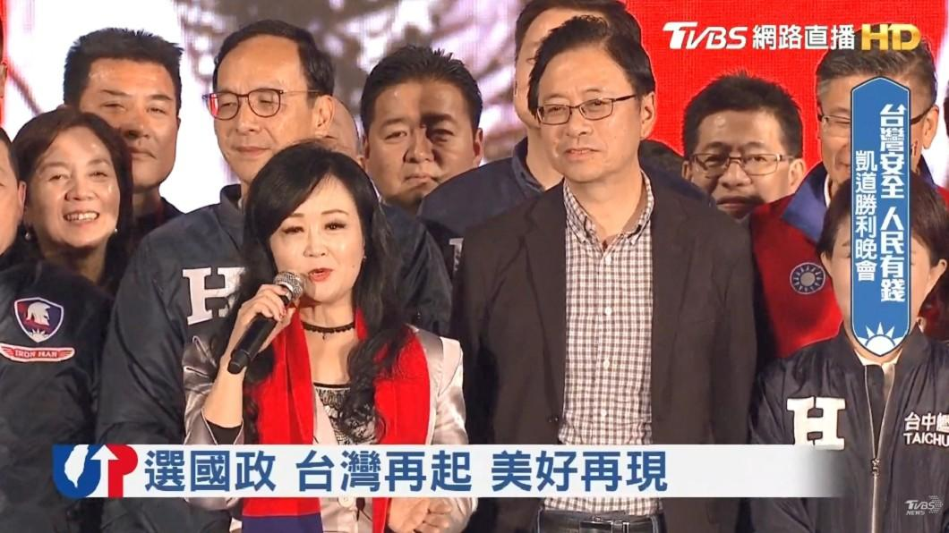 副總統候選人張善政與妻子張琦雅同台合體。(圖/TVBS)