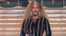 Beyonce makes surprise appearance, presents Colin Kaepernick with SI award