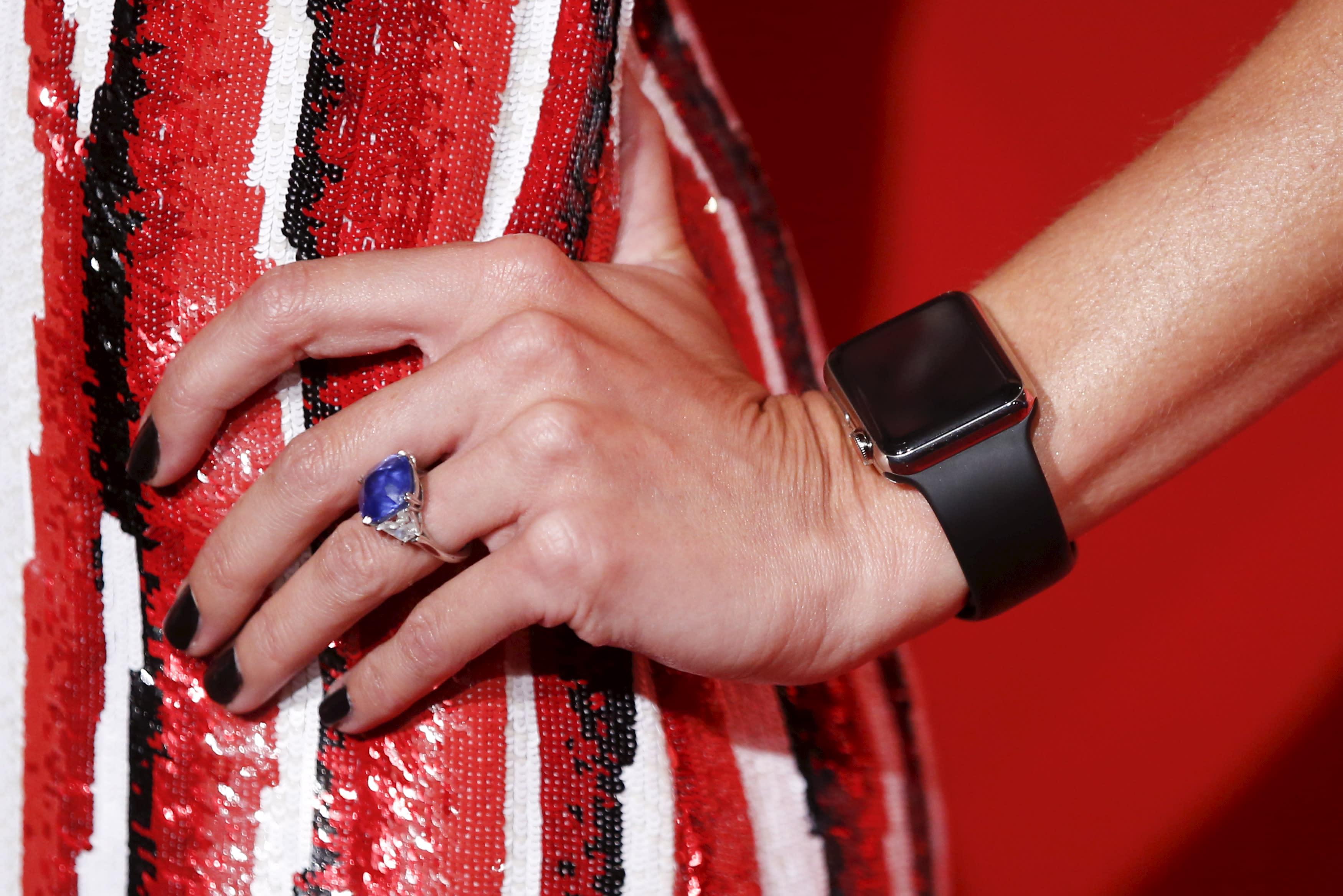 Поп-исполнительница и модница кэти перри также приобрела apple watch.